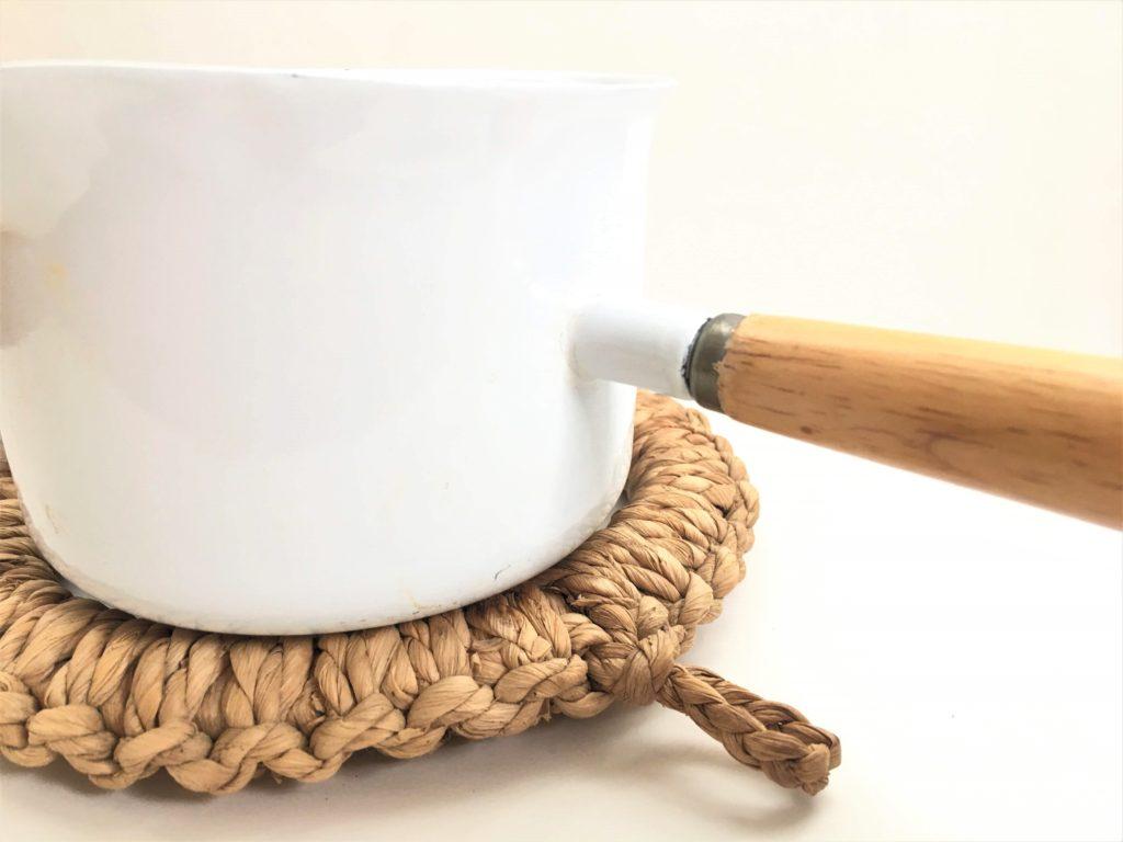 straw pot and enamel pot