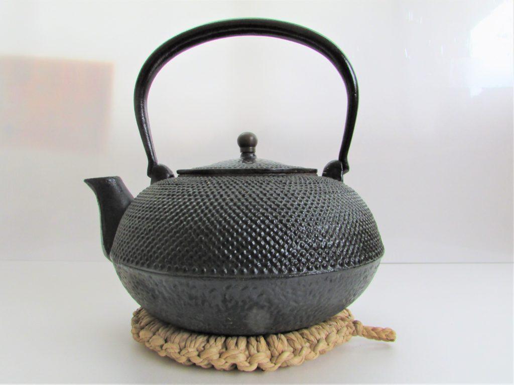 南部鉄器・鉄瓶とわらの鍋敷き